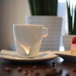 Tasse Kaffee und Himbeerjoghurtsahne